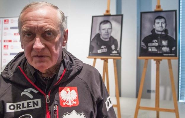 Krzysztof Wielicki, kierownik wyprawy, w tle - portrety Macieja Berbeki i Tomasza Kowalskiego /Andrzej Iwańczuk /Reporter