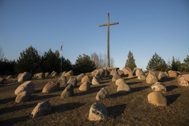 Krzyż poświęcony pamięci ofiar obławy augustowskiej /Andrzej Sidor /Agencja FORUM