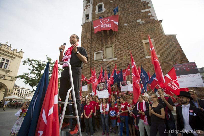 Ks. Jacek Stryczek i wolontariusze Szlachetnej Paczki /fot. A. Ożga /