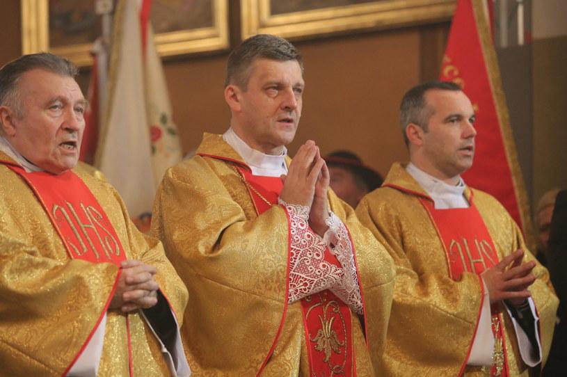 Ks. prof. Roman Pindel (w środku) przyjął sakrę biskupią /Marek Zimny /PAP