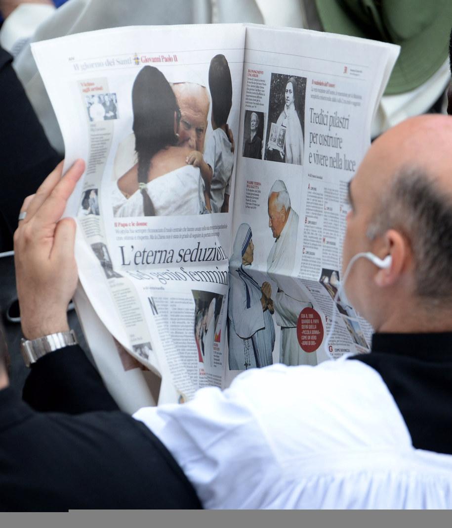 Ksiądz czyta artykuł o Janie Pawle II przed mszą na Placu św. Piotra /Jacek Turczyk /PAP/EPA