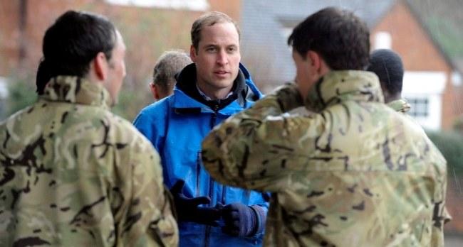 Książę William wśród żołnierzy układających wały przeciwpowodziowe /PAP/EPA/RICHARD WATT /PAP/EPA