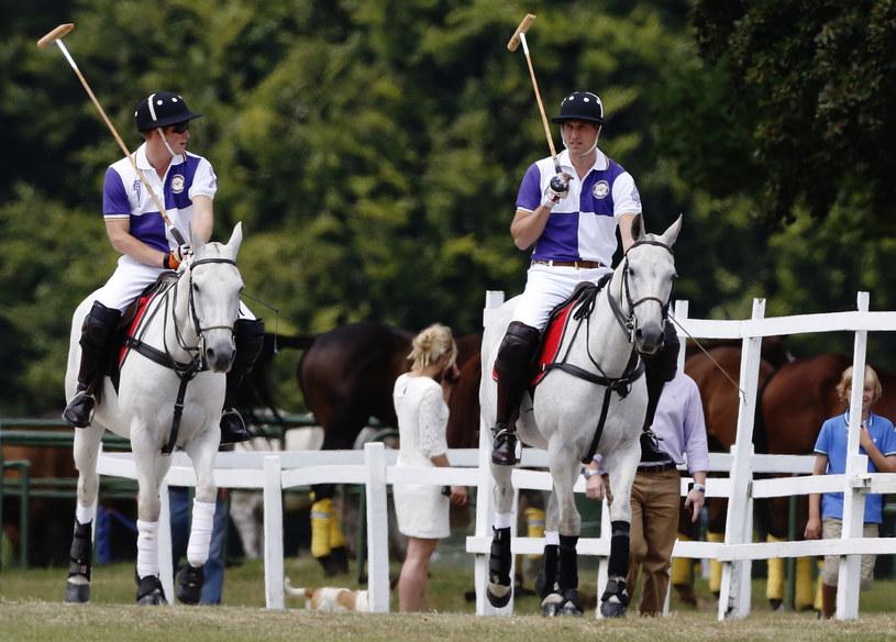 Książę William (z prawej) grał z bratem w polo /REUTERS/Luke MacGregor  /Agencja FORUM