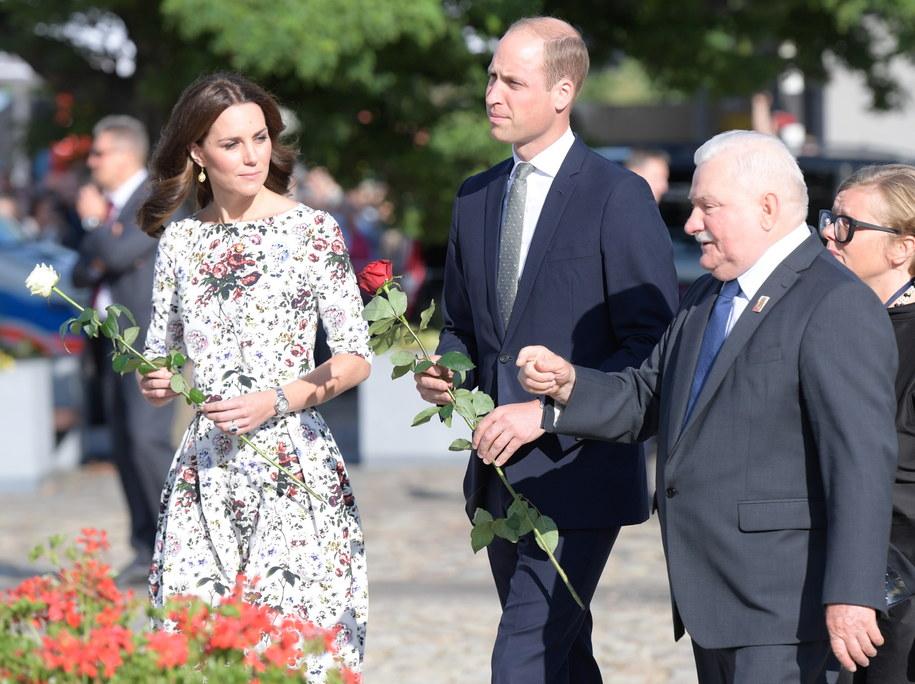 Księżna Kate i książę William oraz były prezydent Lech Wałęsa przed Pomnikiem Poległych Stoczniowców w Gdańsku /Adam Warżawa /PAP