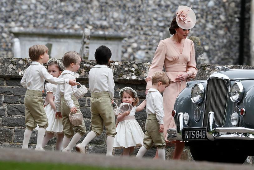 Księżna Kate wraz z dziećmi: Charlotte i Georgem oraz pozostałymi druhenkami i paziami /Getty Images