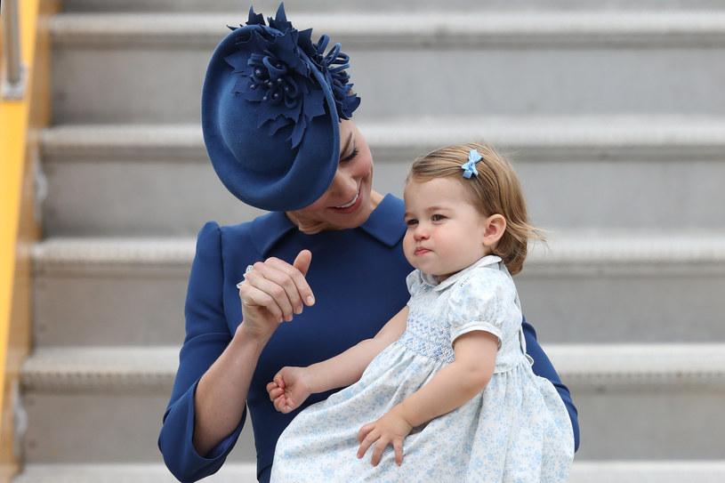 Księżniczka Charlotte z mamą księżną Kate w 2016 r. /AFP