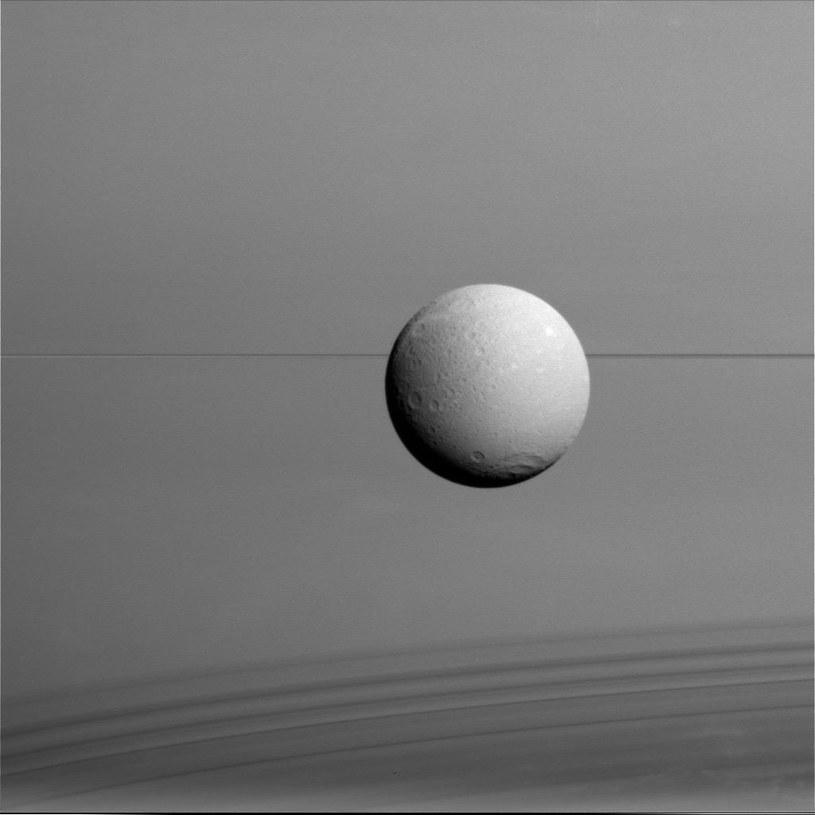 Księżyc Dione uchwycony z bliskiej odległości /NASA