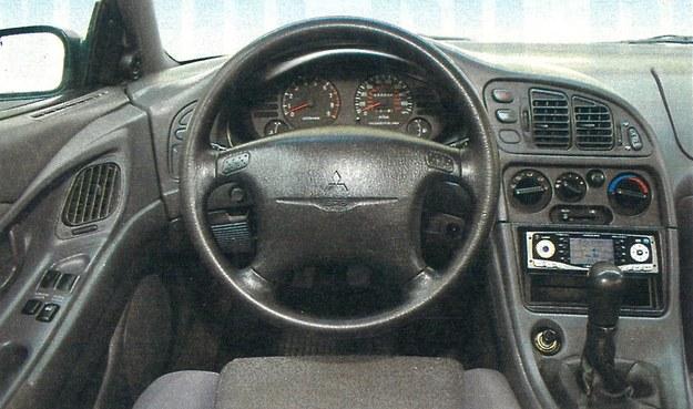 Kształt tablicy przyrządów pasuje do sportowego auta. Ergonomia na wysokim poziomie, podobnie jak jakość montażu. /Motor