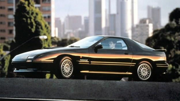 Kształtami zewnętrznymi, jak również wnętrzem, Mazda RX-7 bardzo przypomina samochód Porsche 944. /Mazda