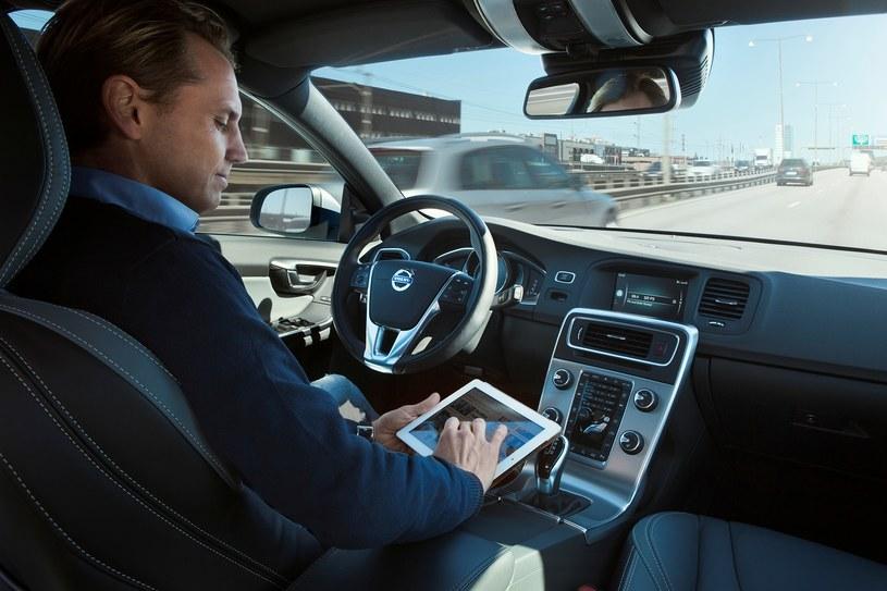 Kto będzie odpowiadal jeśli zderzą się dwa auta autonomiczne? /