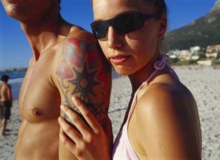 Kto i dlaczego lubi wakacyjne romanse? /ThetaXstock