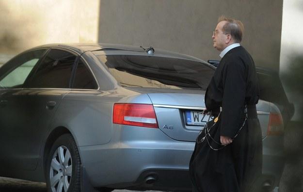 Kto ma decydować, czy konkretne auto nie jest już zbyt piękne i za mało skromne jak na potrzeby duchownego? /East News