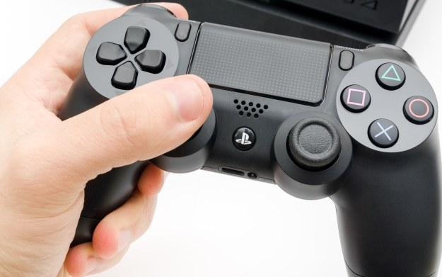 Kto nie chciałby móc uruchamiać gier z PS One/PS2 na nowej konsoli PS4? /123RF/PICSEL