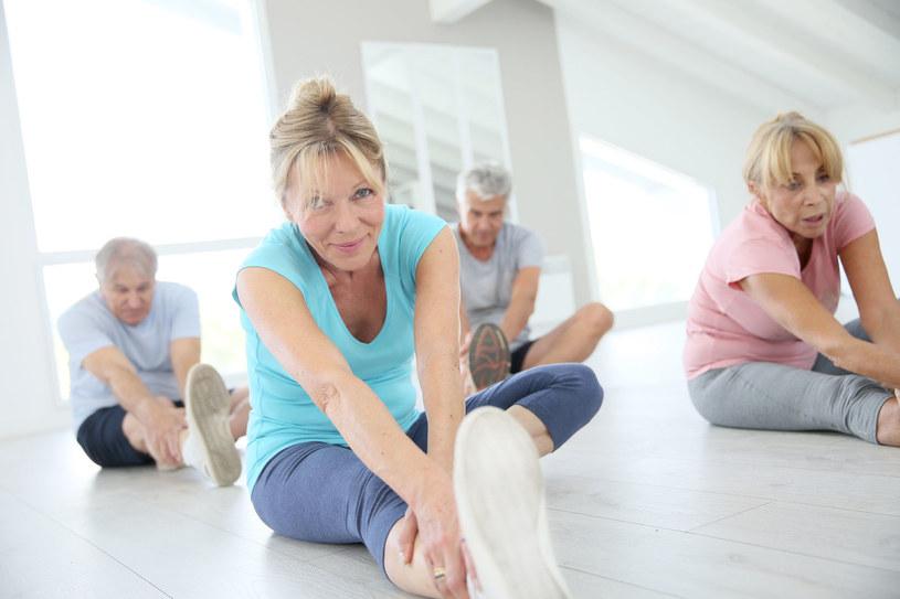 Kto nie lubi siłowni, może również wybrać inną aktywność, np. jogę, pilates /©123RF/PICSEL