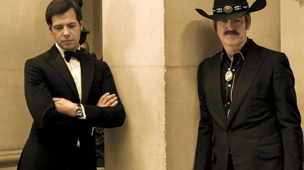 """Kto przystojniejszy? Laurent Lafitte i Pierce Brosnan w scenie z filmu """"Riwiera dla dwojga"""" /materiały prasowe"""
