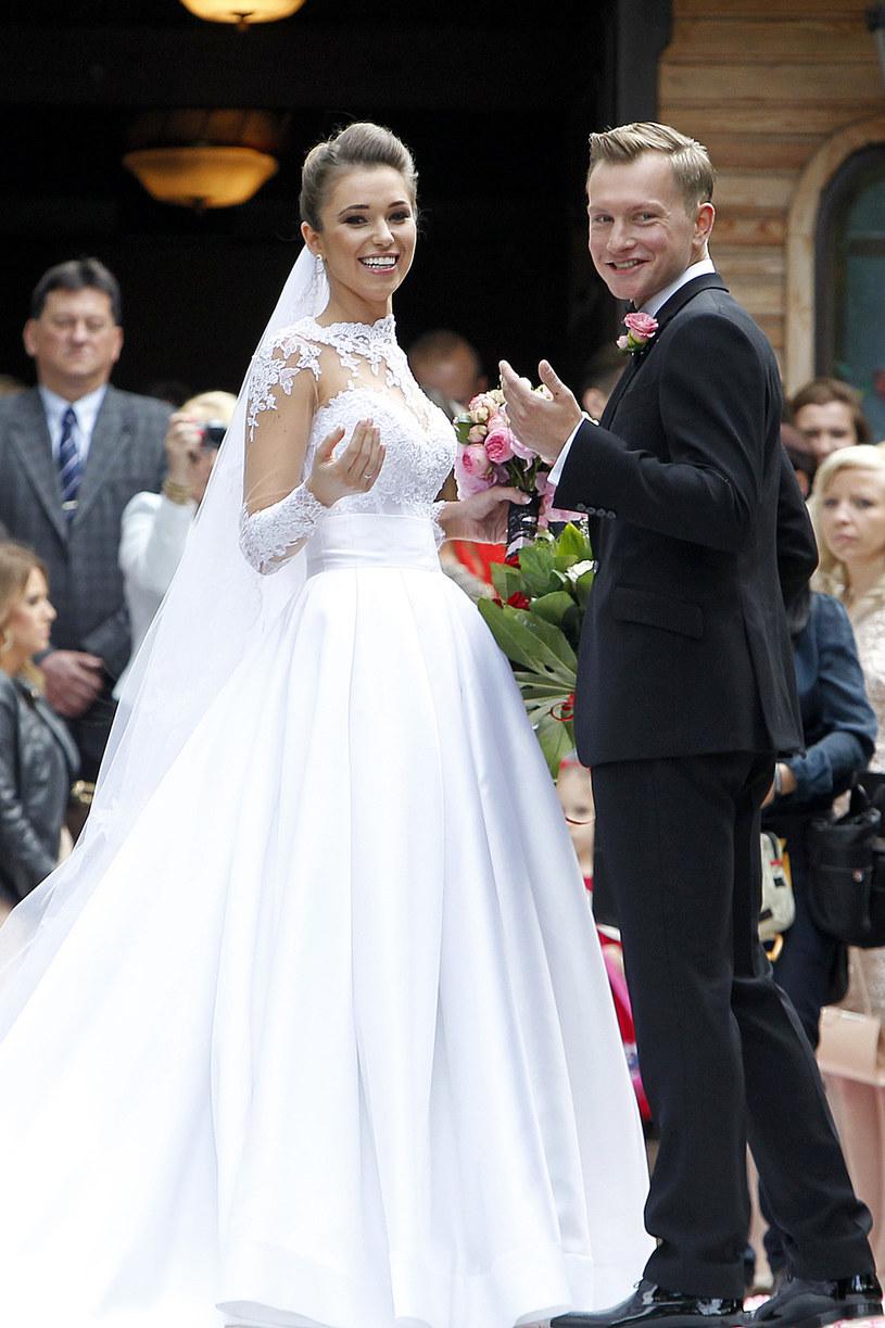 Kuba Wesołowski i Agnieszka Szczurek podczas ślubu /AKPA