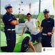 Kuba Wojewódzki fotografuje się z policjantami drogówki