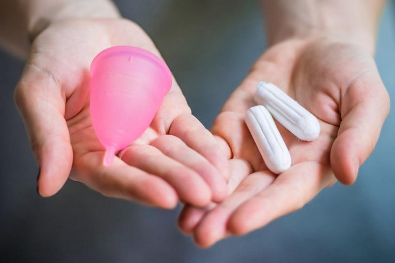 Kubeczki menstruacyjne uchodzą za bezpieczniejsze od tamponów /©123RF/PICSEL