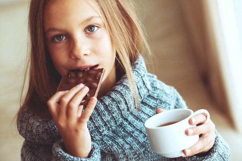 Kubek gorącej herbaty oraz kawałek czekolady rozgrzeją i poprawią humor! /©123RF/PICSEL