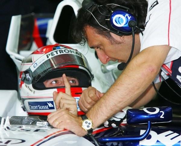 Kubica wysłuchuje rad mechanika /INTERIA.PL/PAP