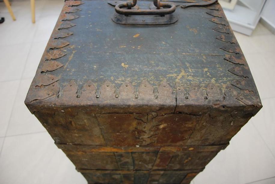Kufer wykonany jest z drewna, ma metalowe okucia /Muzeum Historii Ziemi Kamieńskiej /Materiały prasowe