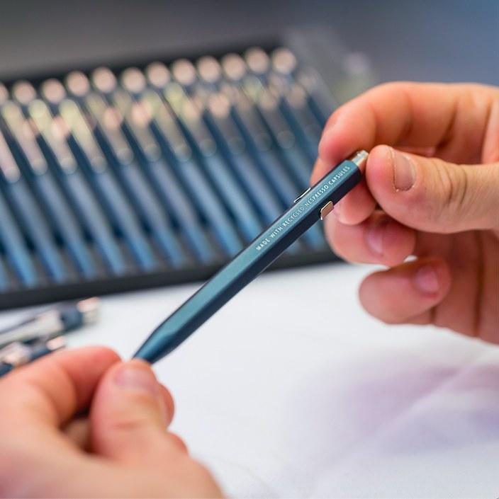 Kultowa szwajcarska marka CARAND'ACHE zaprojektowała unikalny długopis zprzetworzonych kapsułek Nespresso /materiały prasowe