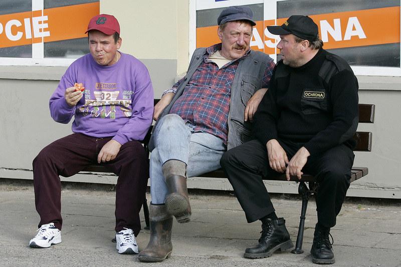 Kumple z ławeczki w Wilkowyjach – Solejuk (Sylwester Maciejewski), Pietrek (Piotr Pręgowski) i Hadziuk (Bogdan Kalus). /Grąbczewsk /AKPA
