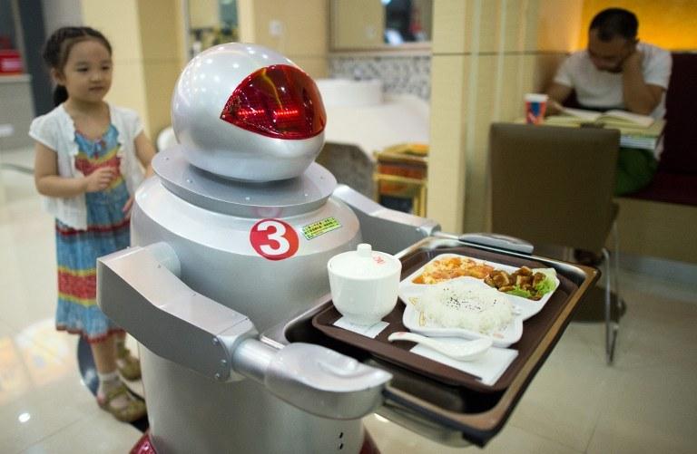 Kunshan i restauracja obsługiwana przez roboty /AFP