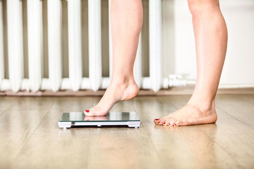 Kupienie dobrej wagi, pokazującej poziomy wody, tłuszczu i mięśni w organizmie, wspomoże odchudzanie /123RF/PICSEL