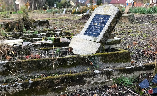 """Kupiły zrujnowany cmentarz, by go uratować. """"To dziedzictwo, o które musimy zadbać"""""""