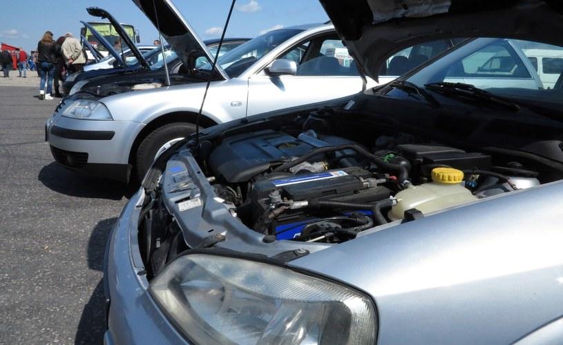 Kupując auto, Polak kieruje się ceną /Leon Stankiewicz /Reporter
