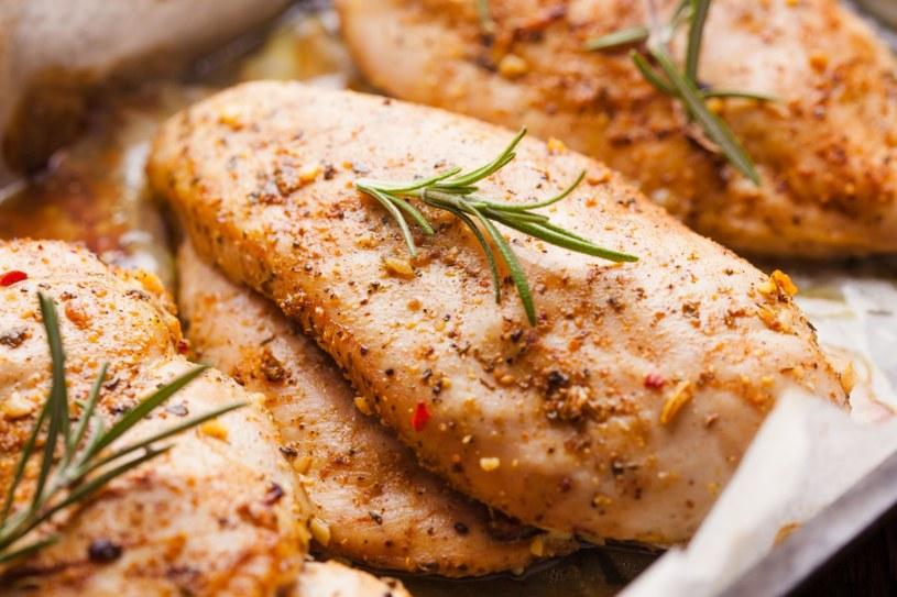 Kurczak pieczony w kiszonej kapuście z ziemniakami /123RF/PICSEL