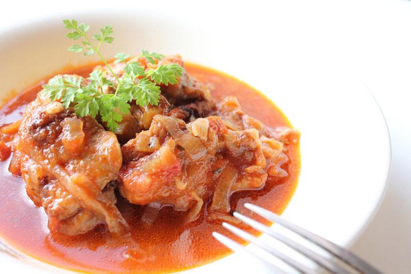 Kurczak w kapuście i pomidorach /©123RF/PICSEL