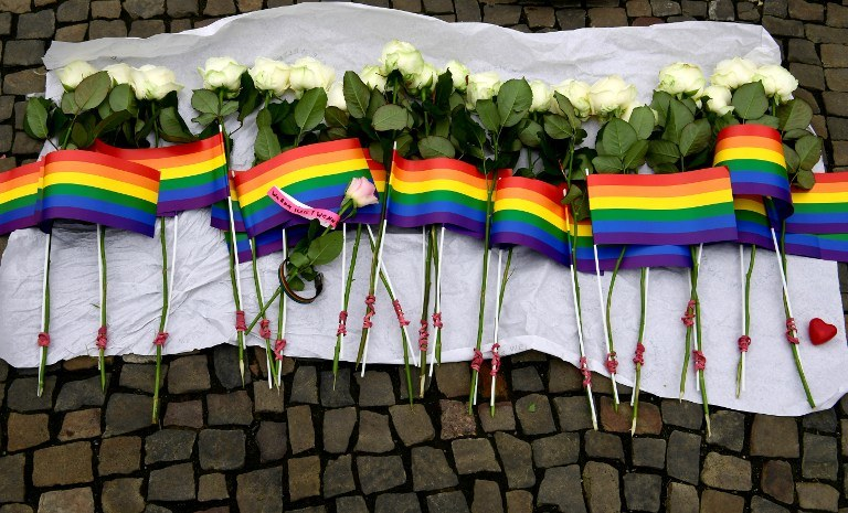 Kwiaty i flagi po zamachu w Orlando /JOHN MACDOUGALL / AFP /AFP