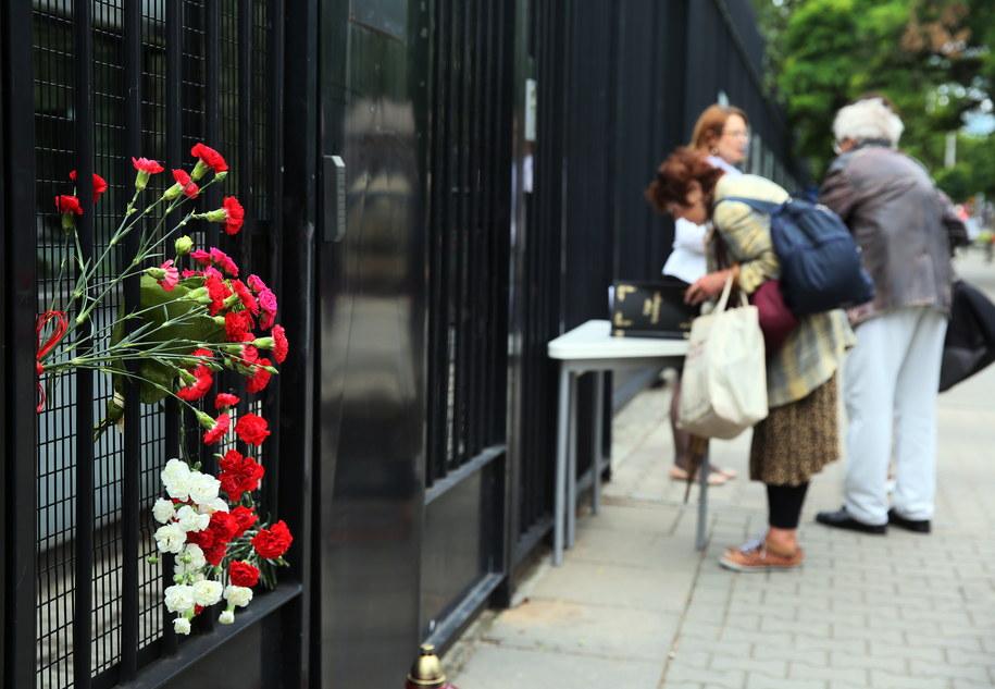 Kwiaty i księga kondolencyjna przed ambasadą Republiki Francuskiej w Warszawie /Tomasz Gzell /PAP