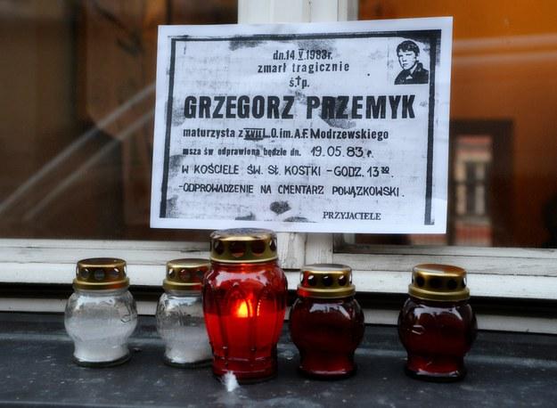 Kwiaty i znicze przed tablicą poświęconą pamięci Grzegorza Przemyka, umieszczoną na ścianie budynku przy ulicy Jezuickiej, gdzie mieścił się posterunek Milicji Obywatelskiej /Wlodzimierz Wasyluk /East News