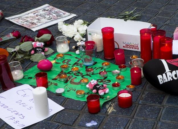 Kwiaty i znicze złożone na miejscu ataku w Barcelonie /QUIQUE GARCIA /PAP/EPA