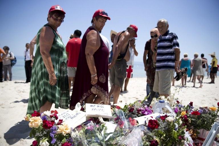 Kwiaty na plaży w Susie, gdzie zamachowiec zabił turystów /KENZO TRIBOUILLARD /AFP