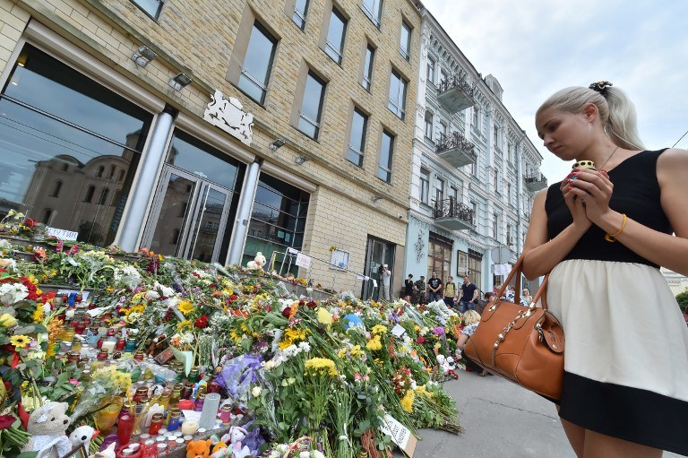 Kwiaty przed ambasadą Holandii w Kijowie /AFP