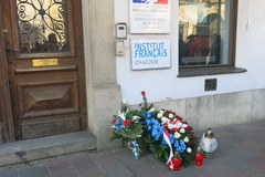 Kwiaty przed konsulatem generalnym Francji w Krakowie