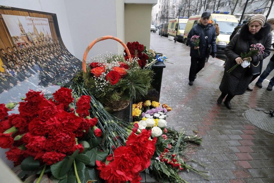 Kwiaty składane pod siedzibą Chóru Aleksandrowa w Moskwie /MAXIM SHIPENKOV    /PAP/EPA