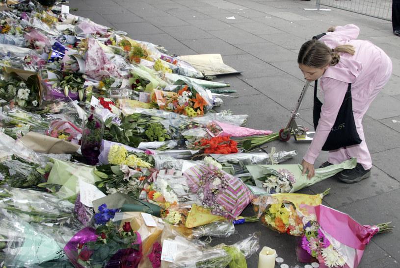 Kwiaty składane przez Londyńczyków na miejscu zamachu, czerwiec 2005 /JACK GUEZ /AFP