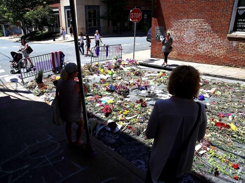 Kwiaty w miejscu, gdzie furgonetka wjechała w protestujących przeciw manifestacji zwolenników dominacji białych /AFP