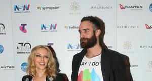 Kylie Minogue i Joshua Sasse