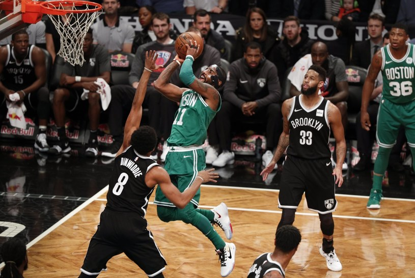 Kyrie Irving w akcji na kosz Brooklyn Nets /PAP/EPA
