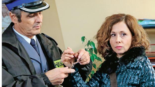 Laborantka Agnieszka (Jolanta Fraszyńska) po aresztowaniu przez Możejkę (Piotr Polk) chce odsunąć od siebie podejrzenia /Tele Tydzień