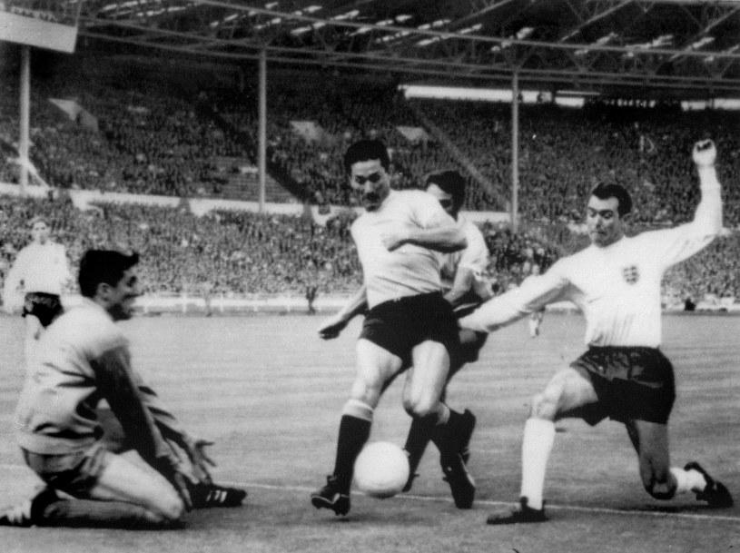 Ladislao Mazurkiewicz (z lewej) podczas meczu Urugwaju z Anglią na MŚ w 1966 roku. /AFP