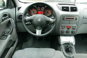 Ładnie wykończone wnętrze nie jest jednak zbyt sportowe i pochodzi po prostu z Alfy Romeo 147. /Motor