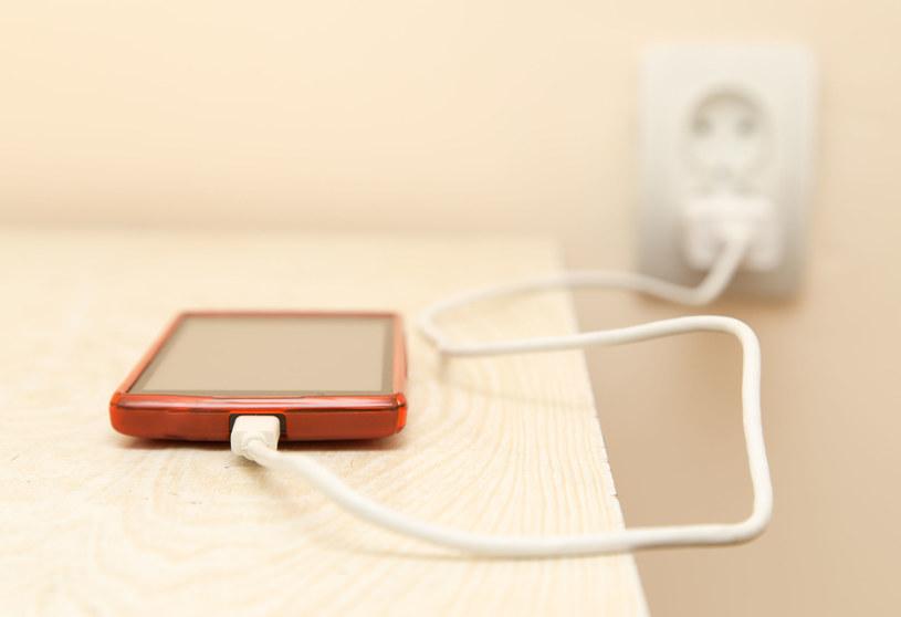 Ładowanie telefonu w obcym miejscu lub przy wykorzystaniu cudzej ładowarki może być niebezpieczne /123RF/PICSEL