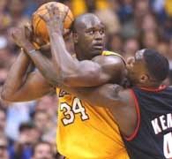 Lakers - Blazers 103:96. Shaquille O'Neal broni piłkę przed Shawnem Kempem